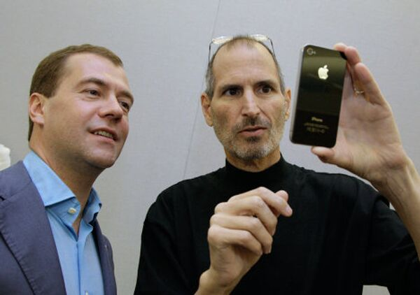 President Dmitry Medvedev, first Russian owner of Apple iPhone-4, in Silicon Valley - Sputnik International