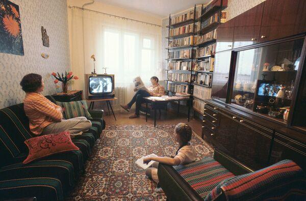 Quarter of Russians Prefer Watching TV to Relax - Sputnik International