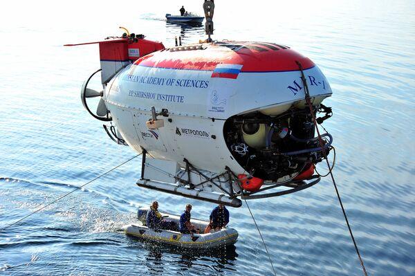 Russian Mir mini-subs dive in Lake Baikal - Sputnik International