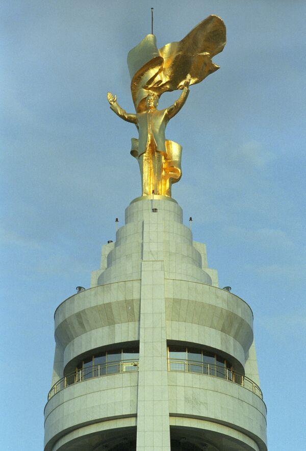 The gold-plated rotating statue of the first president of Turkmenistan, Saparmurat Niyazov - Sputnik International