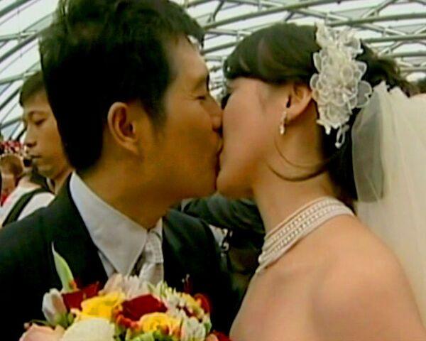 Over 300 people marry in Taiwan mass wedding - Sputnik International