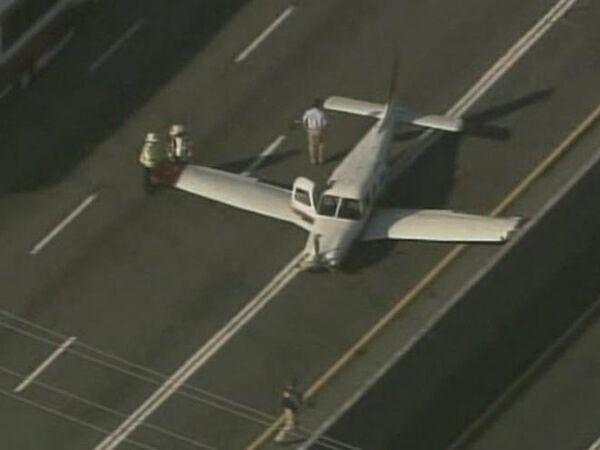 Plane makes emergency landing on busy highway  - Sputnik International