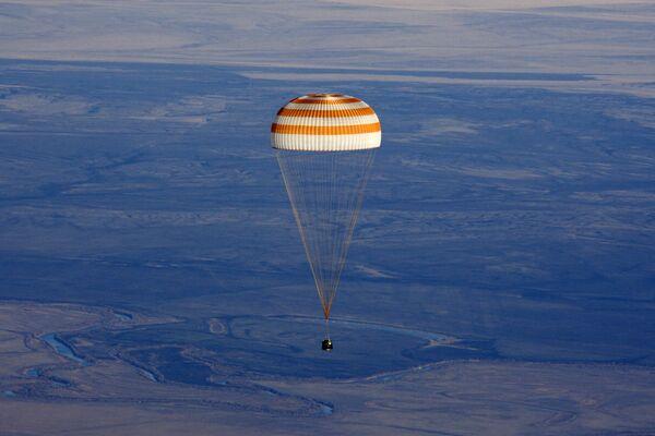 Russian Soyuz TMA spacecraft with 3 astronauts lands in Kazakhstan. Archive. - Sputnik International