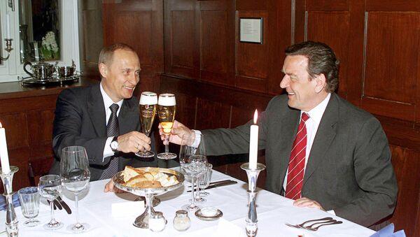 Vladimir Putin and Gerhard Schroeder in the restaurant Old Weimar - Sputnik International