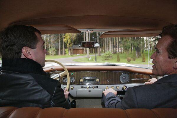 Medvedev takes Schwarzenegger to high-tech hub near Moscow  - Sputnik International