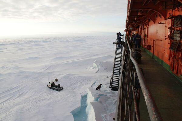 Russian polar explorers descend on drifting ice floe - Sputnik International