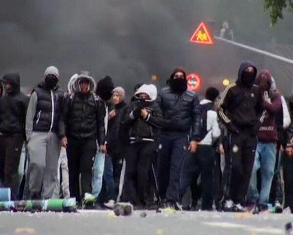 French police fire tear gas at rioting high school children  - Sputnik International