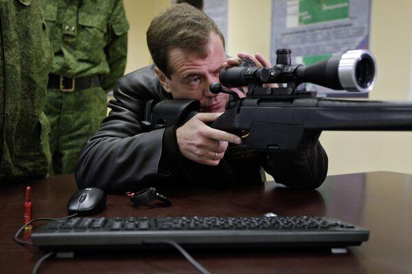 Russia's Medvedev at sniper training school - Sputnik International