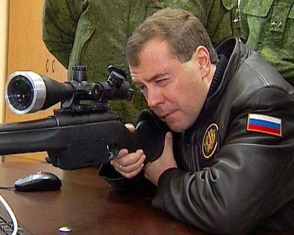 Medvedev gets some sniper practice - Sputnik International