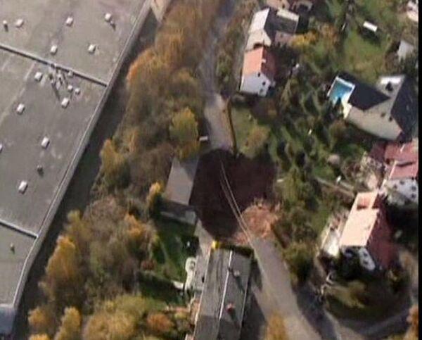 Giant sink hole swallows car in residential area - Sputnik International