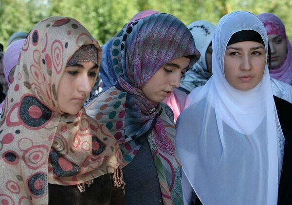 Putin Backs Ban on Muslim Head Scarfs at Schools - Sputnik International