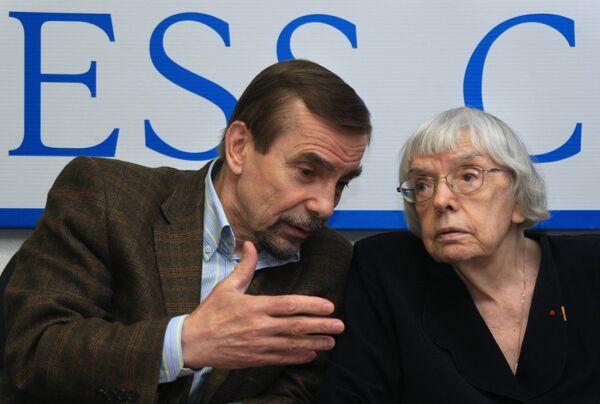 Lev Ponomaryov and Lyudmila Alexeyeva - Sputnik International