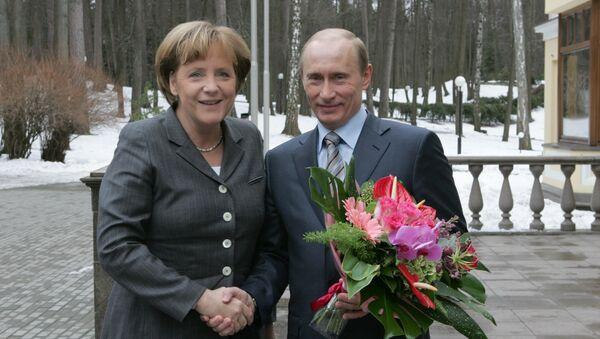 Vladimir Putin and Angela Merkel - Sputnik International
