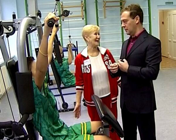 Medvedev shows students how to pump up their muscles - Sputnik International