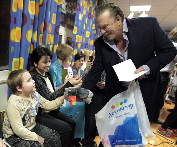 Mickey Rourke and Alain Delon meet with young cancer patients - Sputnik International