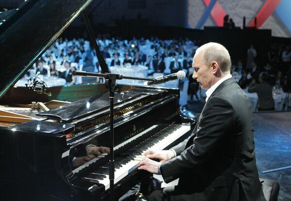 Vladimir Putin plays piano, sings in English at charity event - Sputnik International