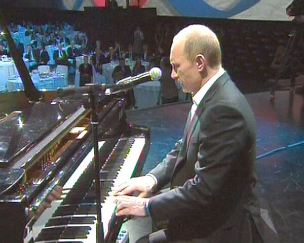 Putin plays piano, sings in English at charity event - Sputnik International