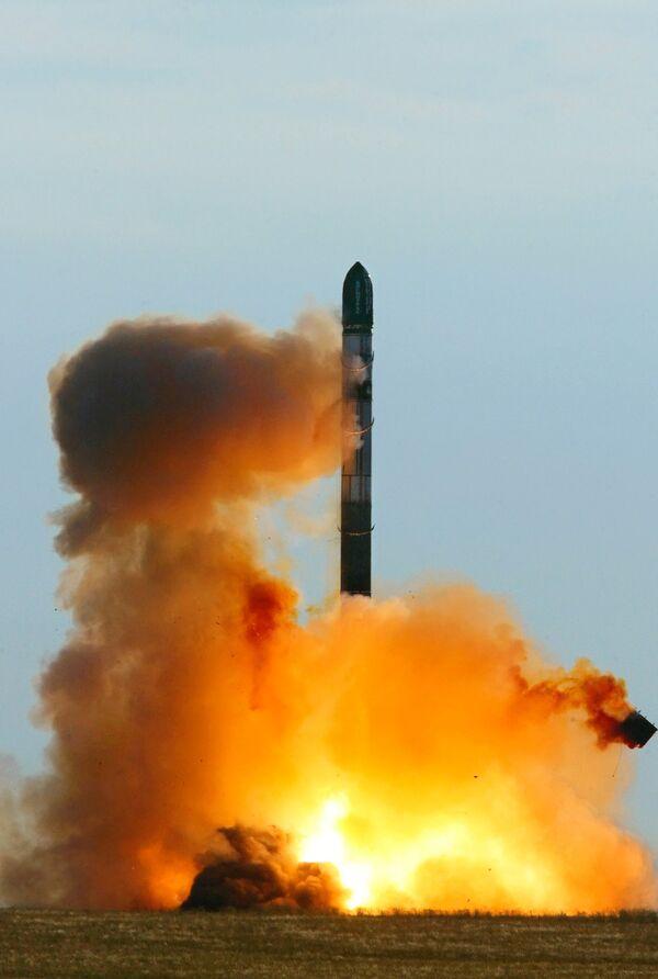Russia to keep Satan ballistic missiles in service until 2026 - Sputnik International