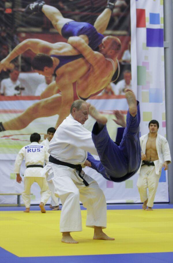 Vladimir Putin takes part in Russian wrestling practice  - Sputnik International