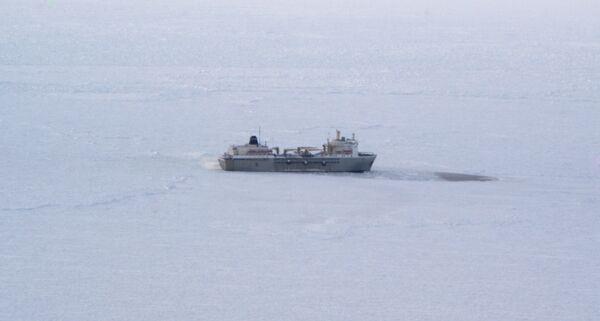 Russian icebreakers start rescue of ice-trapped refrigerator ship in Okhotsk Sea - Sputnik International