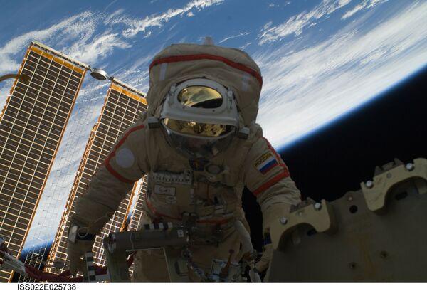 Station commander Oleg Kotov in open space (archive) - Sputnik International