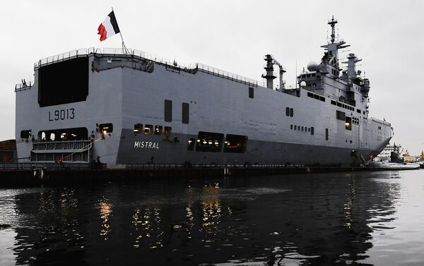 Russia and France signed a $1.7 billion (1.2 bln euro) contract on two Mistral class ships for the Russian Navy in St. Petersburg on Friday. - Sputnik International
