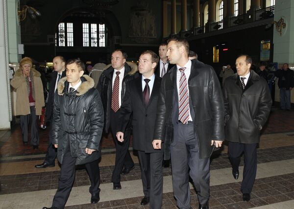 Dmitry Medvedev inspects security systems at Kiyevsky Rail Station - Sputnik International