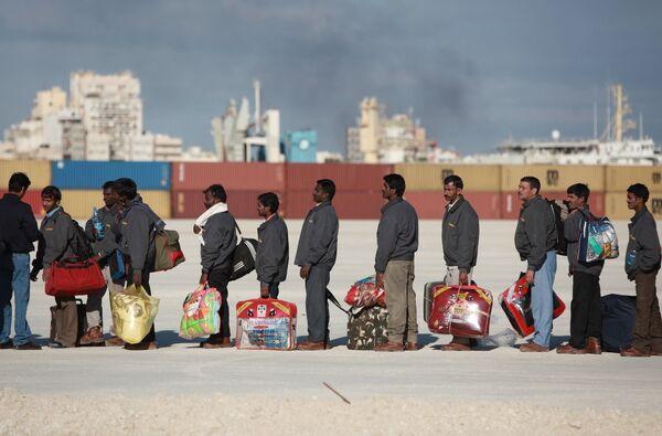 Refugees flee Libya through Benghazi port - Sputnik International