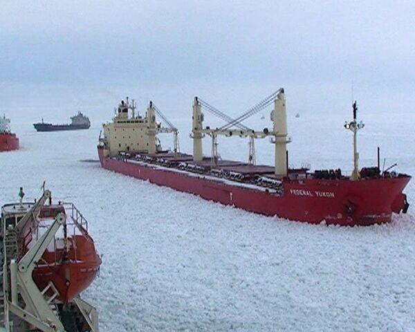 Russian icebreaker frees stranded ships - Sputnik International
