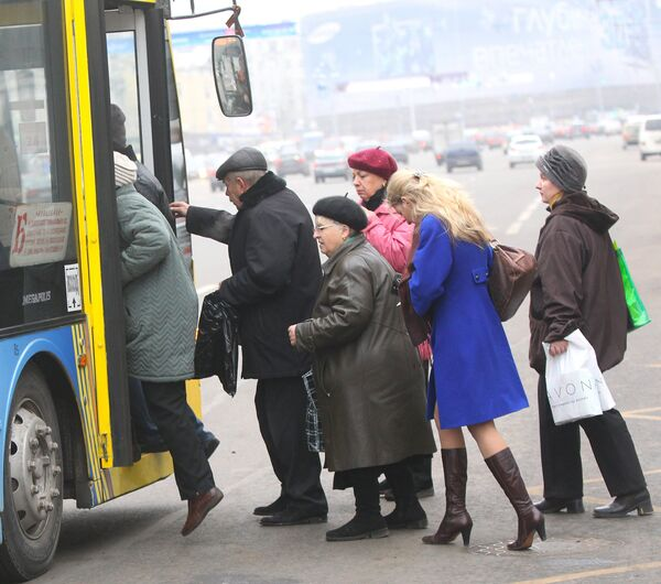 A bunch of people getting on a trolley bus in downtown Moscow - Sputnik International