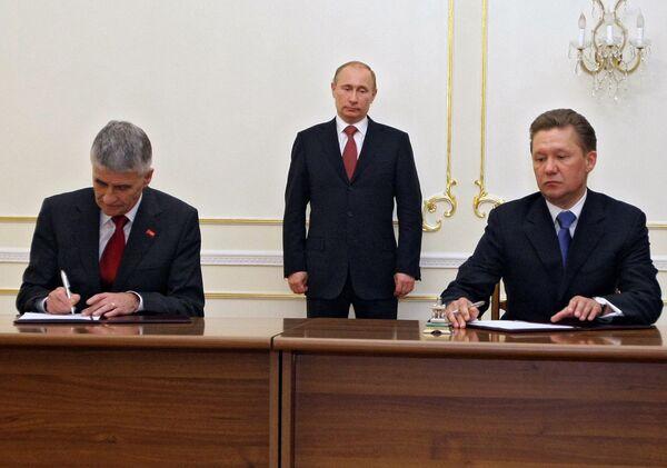 Gazprom CEO Alexei Miler and BASF board chairman Juergen Hambrecht signed the document in the presence of Russian Prime Minister Vladimir Putin. - Sputnik International
