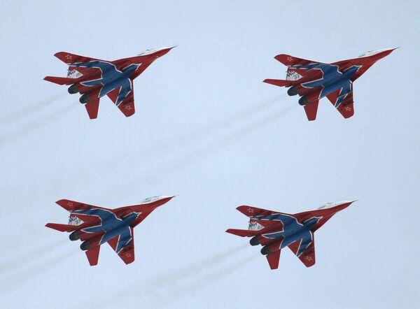 Russkiye Vityazi and  Strizhi aerobatic teams in training - Sputnik International