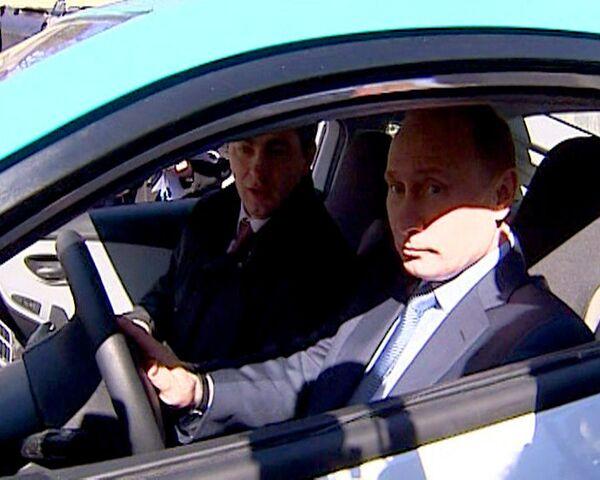 Putin test-drives Yo-mobile to Medvedev's residence - Sputnik International