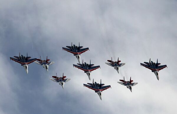 The Russkiye Vityazi pilots fly the highly maneuverable and multi-role Sukhoi Su-27-P Flanker-B and Su-27-UB Flanker-C fighters either solo or in formation. - Sputnik International