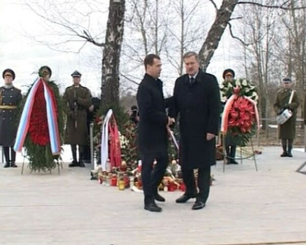 Medvedev, Komorowski pay tribute to Polish plane crash victims - Sputnik International
