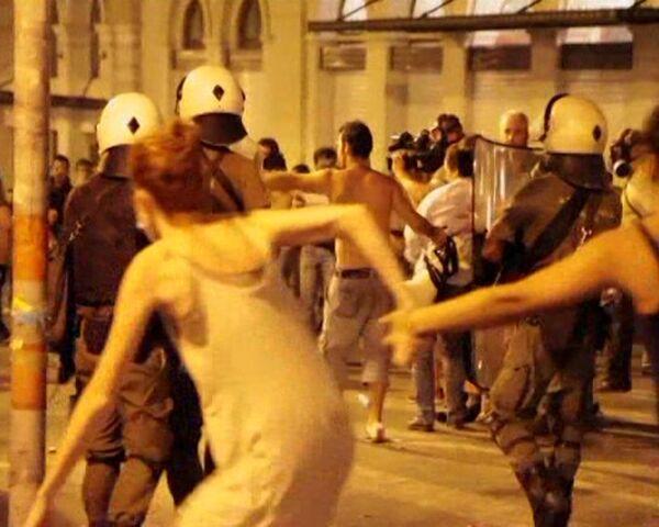 Police use tear gas against protestors in Athens - Sputnik International