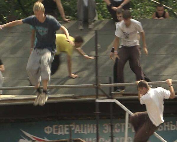 Traceurs and freestyle motocross riders demonstrate stunts at festival - Sputnik International