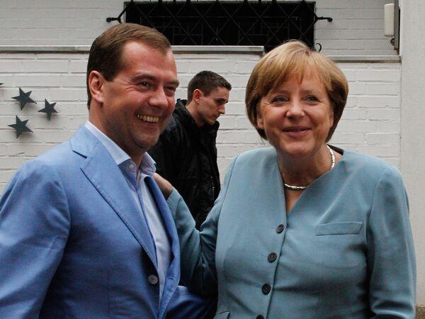 Dmitry Medvedev and Angela Merkel dine informally  - Sputnik International