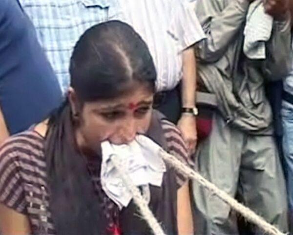 Indian woman pulls mini-truck with teeth - Sputnik International