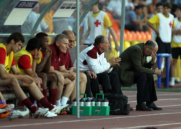 Rubin's head coach Kyrban Berdyev and substitutes frustrated at the end of the game - Sputnik International