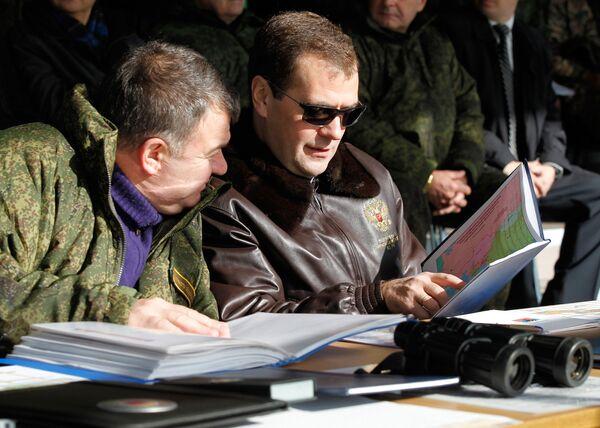 Dmitry Medvedev attends Center 2011 strategic military exercise - Sputnik International
