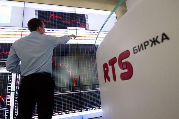 Russian stocks tumble amid external negatives - Sputnik International