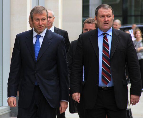 Roman Abramovich (on the left) arrives at the London court - Sputnik International