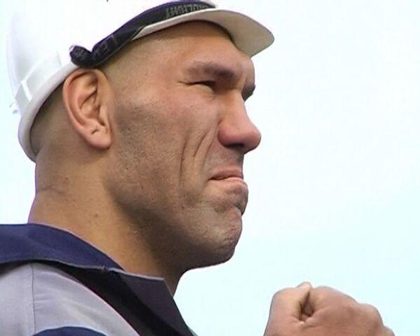BelAZ truck cuts boxing champ down to size - Sputnik International