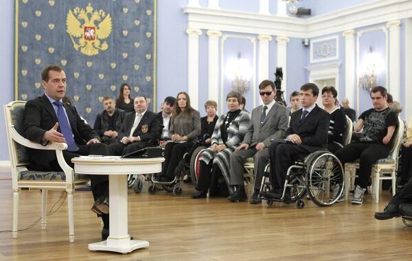 Medvedev invites disabled to participate in 'big government' - Sputnik International