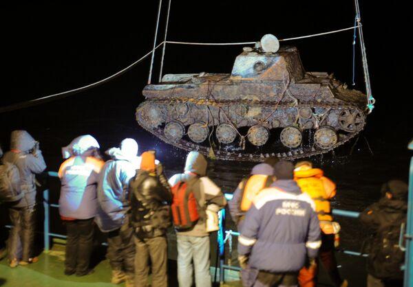 Raising World War II tank from the bottom of the Neva River - Sputnik International