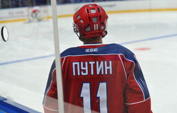 Putin scores goals at training with Russian ice hockey stars - Sputnik International