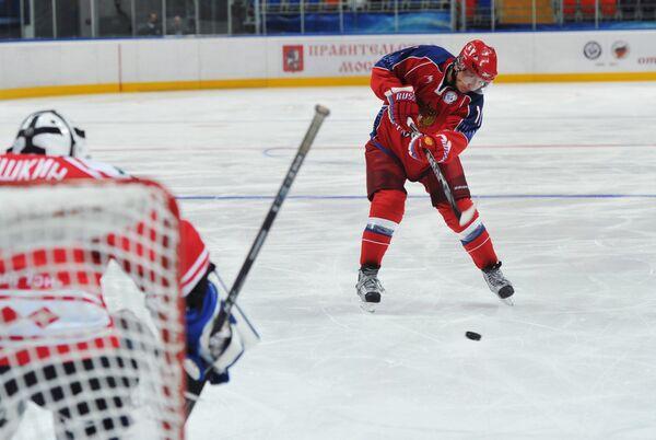 Russian Prime Minister Vladimir Putin scored several goals during a training with Russian ice hockey legends. - Sputnik International