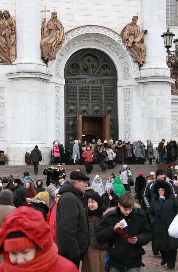 Russians spend 15 hours in line to main Christian shrine - Sputnik International