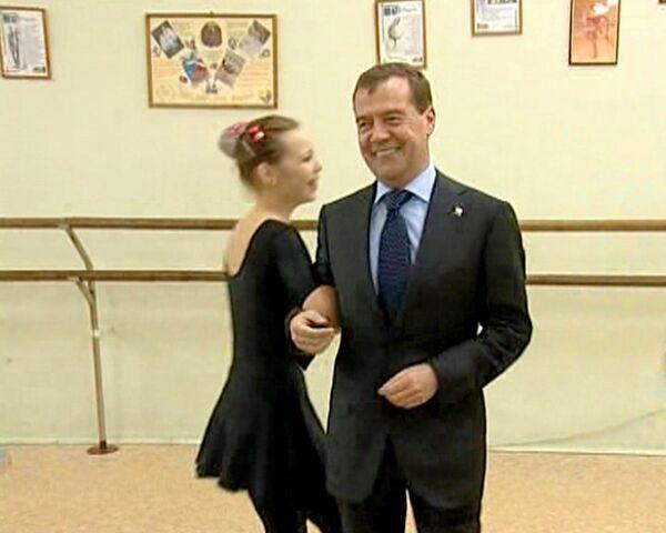 President Medvedev dances with children - Sputnik International